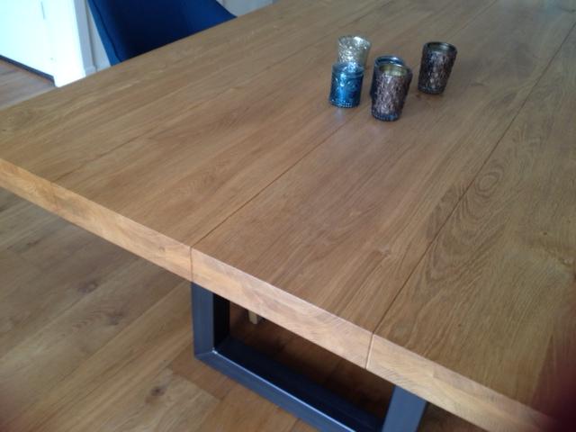 Het opgedikte tafelblad maakt het lekker stoer en robuust