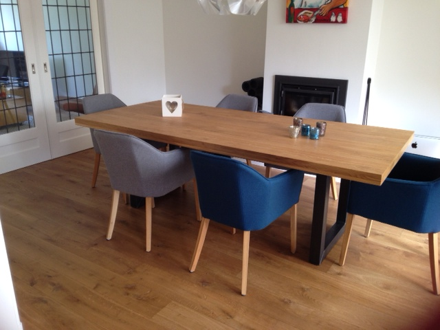 Moderne tafel past perfect in het interieur