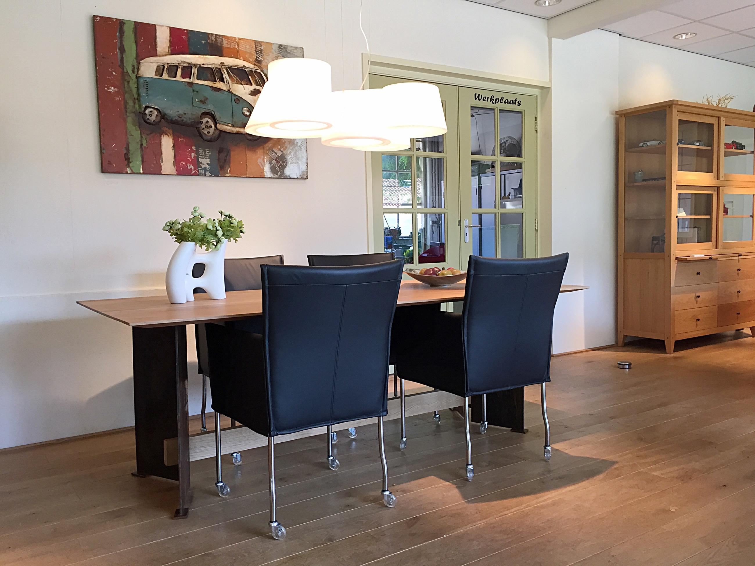 Prachtige eettafel met bijpassende stoelen