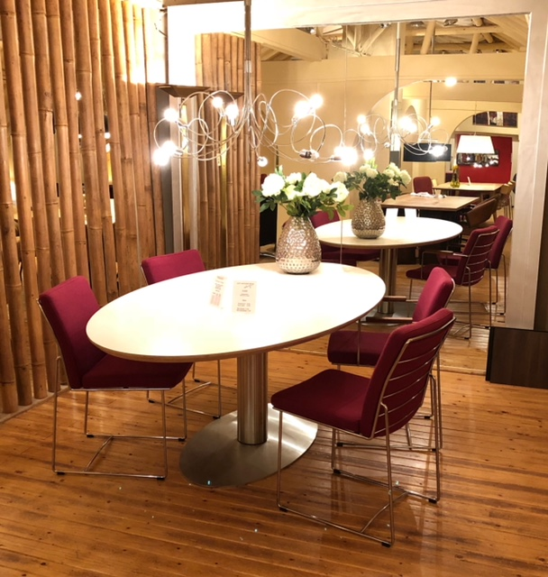 Ovale eettafel showroom