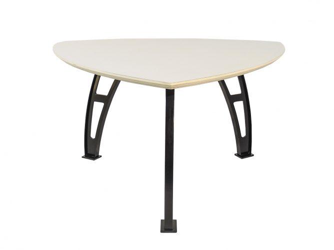 Gubbio – Elegante driehoeks tafel