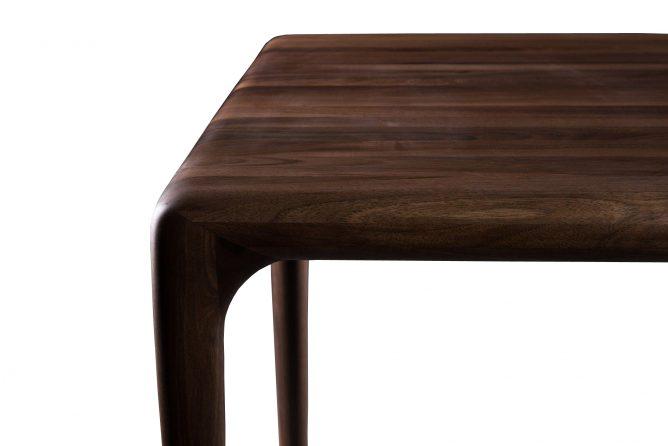 Latus – Notenhouten design tafel